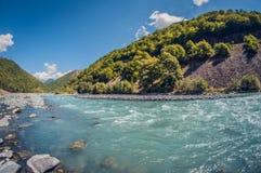 Jour ensoleillé de belle de turquoise de paysage rivière orageuse de montagne photo stock