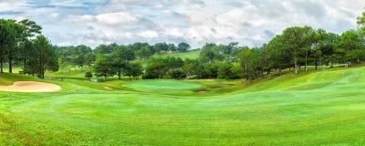 Jour ensoleillé de panorama de golf de Dalat Photo libre de droits