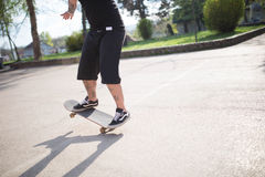 Jour ensoleillé de patin de tour de garçon de hippie Image libre de droits