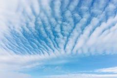 Jour ensoleillé et nuages Photos libres de droits