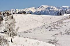 Jour ensoleillé gelé d'un hiver, sur les collines sauvages de la Transylvanie Fundatura Ponorului Roumanie Images stock