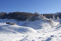 Jour ensoleillé gelé d'un hiver, sur les collines sauvages de la Transylvanie Fundatura Ponorului Roumanie Photos libres de droits