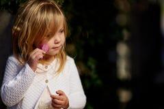 Jour ensoleillé, la petite fille se trouve sur l'herbe Photos libres de droits