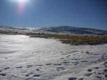 Jour ensoleillé n l'hiver tôt dans les montagnes Image stock