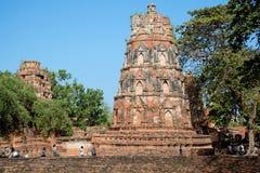 Jour ensoleillé n les ruines du temple bouddhiste antique Wat Mahathat Ayutthaya, Thaïlande Photo stock
