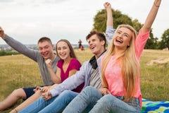 Jour ensoleillé splendide avec des meilleurs amis en parc Émotions positives Photo libre de droits