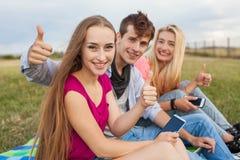 Jour ensoleillé splendide avec des meilleurs amis en parc Émotions positives Images stock