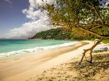 Jour ensoleillé sur la plage de Beauvallon, Mahe, Seychelles, la plupart de belle plage des Seychelles images libres de droits