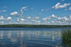 Jour ensoleillé sur le lac Image libre de droits