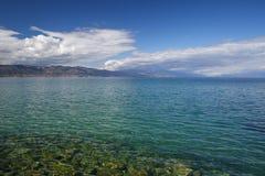 Jour ensoleillé sur le rivage du lac Ohrid Photographie stock libre de droits