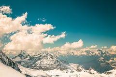 Jour ensoleillé sur les pentes de ski de Cervinia Photographie stock libre de droits