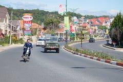 Jour ensoleillé sur les rues du Lat du DA Les gens vont environ leurs affaires sur la rue vietnam Photographie stock libre de droits