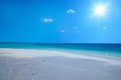 Jour ensoleillé sur une plage photo libre de droits