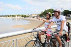 Jour faisant du vélo sur le bord de la mer Image libre de droits