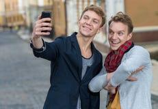 Jour gai des frères jumeaux Photos stock