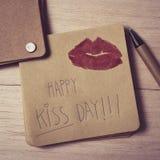 Jour heureux de baiser des textes dans une note Images libres de droits