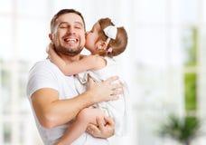 Jour heureux de famille et de père Descendant embrassant et étreignant le papa Images libres de droits