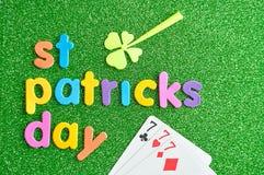 Jour heureux de Patricks de saint dans les lettres colorées avec un trèfle et 777 Images stock