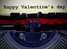 Jour heureux de Valentine s écrit avec la vieille machine à écrire avec le vinta Images stock