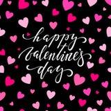 Jour heureux de Valentine s Lettrage tiré par la main de stylo de brosse sur le fond éclatant rose de coeurs conception pour la c Photographie stock libre de droits