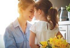 Jour heureux du ` s de mère ! la fille d'enfant donne à mère un bouquet de f Photos libres de droits