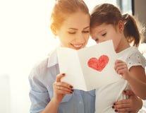 Jour heureux du ` s de mère ! La fille d'enfant félicite des mamans et donne Photographie stock