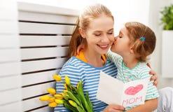 Jour heureux du ` s de mère ! La fille d'enfant félicite des mamans et donne Photo libre de droits