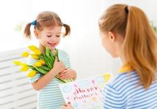 Jour heureux du ` s de mère ! La fille d'enfant félicite des mamans et donne Photos libres de droits