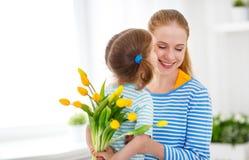 Jour heureux du ` s de mère ! La fille d'enfant félicite des mamans et donne Image stock