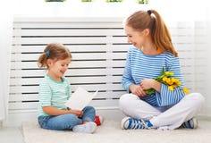 Jour heureux du ` s de mère ! La fille d'enfant félicite des mamans et donne Images libres de droits