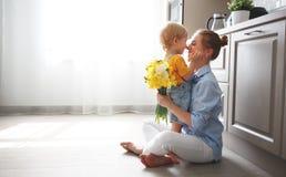 Jour heureux du ` s de mère ! le fils de bébé donne la mère de flowersfor en vacances Image stock