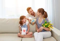 Jour heureux du ` s de mère ! le père et l'enfant félicitent la mère sur le holi Photo libre de droits