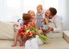 Jour heureux du ` s de mère ! le père et les enfants félicitent la mère sur h Image libre de droits