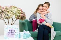 Jour heureux du `s de mère Petite fille mignonne félicitant la maman au jour de mères Mère et fille Images libres de droits