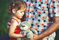Jour heureux du ` s de père ! fille d'enfant avec le papa sur la nature photographie stock libre de droits