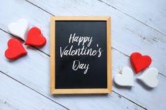 Jour heureux du ` s de Valentine écrit sur un tableau noir Photos stock
