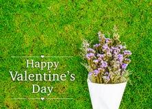 Jour heureux du ` s de Valentine avec le bouquet de fleur sur l'herbe avec la station thermale de copie Images stock