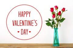 Jour heureux du ` s de valentine et roses rouges sur le fond blanc Image stock