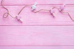 Jour heureux du ` s de Valentine ! Fond de jour du ` s de Valentine Coeurs roses et blancs avec des pinces à linge dans une corde Photos libres de droits