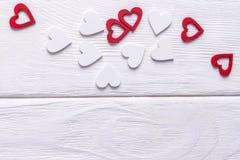 Jour heureux du `s de Valentine Fond de jour du ` s de Valentine Coeurs rouges et blancs sur un fond blanc L'espace libre Photo libre de droits