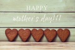 Jour heureux en forme de coeur de biscuits et de mères des textes Image stock