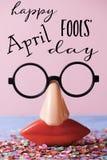 Jour heureux en verre de nouveauté et d'imbéciles d'avril des textes photographie stock