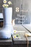 Jour heureux international du ` s de femmes - 8 mars vacances Texte et composition en vintage avec des fleurs Photographie stock libre de droits