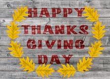 Jour heureux rouge de thanksgiving écrit sur le fond de conseil en bois Photos stock