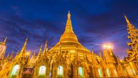 Jour hyper de laps de temps à la pagoda d'or de Shwedagon de nuit de Yangon Myanmar clips vidéos