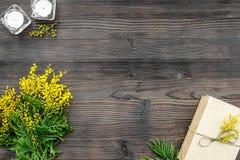 Jour international de femmes de concept avec la vue supérieure de fond en bois de fleurs Photo stock