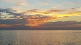 Jour 4K/UHD à la Nuit-faute : Timelapse des nuages croisant le ciel étonnant au-dessus de la mer ou de l'océan au coucher du sole banque de vidéos
