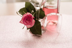 Jour lumineux rose vide de Rose Bottle Half Full Red deux en verre de vin Photos stock