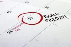 Jour 2016 manuscrit d'événement de Black Friday marqué sur un calendrier blanc Photo stock