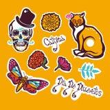 Jour mexicain des morts Dia de Los Muertos Autocollant avec un crâne humain dans un chapeau, un chat, une mite Hyles, fleurs, sou Illustration Libre de Droits
